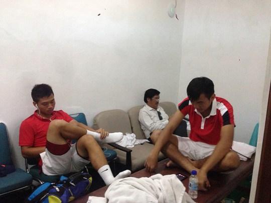 Nam - Thiên vạ vật quanh sân thi đấu vì trời mưa. Ảnh: Hoàng Quỳnh (báo Thanh Niên)