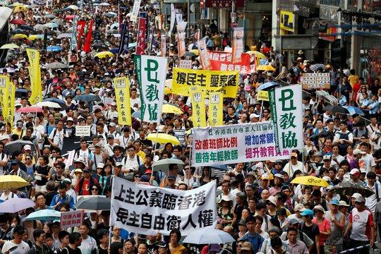 Dòng người tham gia cuộc biểu tình hôm 1-7 tại Hồng Kông Ảnh: Reuters