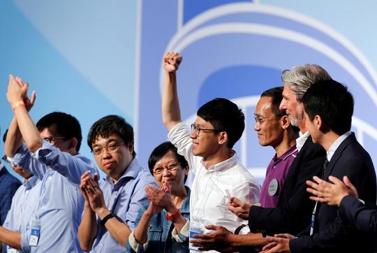 Nathan Law (thứ tư từ bên phải) mừng chiến thắng sau khi giành ghế tại Hội đồng Lập pháp của Hồng Kông Ảnh: REUTERS