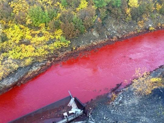 Nước sông Daldykan chuyển sang màu đỏ như máu. Ảnh: ABCNews