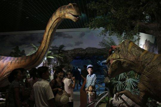 Du khách lạc vào thế giới khủng long tại Bảo tàng Lịch sử Tự nhiên công nghệ cao bên trong vườn bách thú Bình Nhưỡng. Ảnh: AP