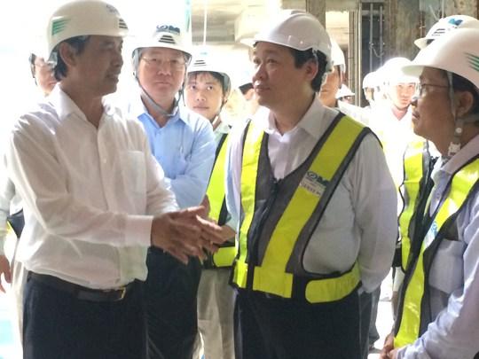 Phó Thủ tướng Chính phủ Vương Đình Huệ thị sát công trường metro số 1 vào sáng 20-5