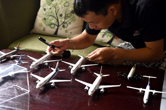 Anh Nguyễn Quang Tiệp đã sưu tầm và chơi mô hình máy bay từ năm 2009. Bộ sưu tập của anh có khoảng 150 chiếc máy bay các loại, đa số là máy bay thương mại, trong đó có những mô hình giá lên đến gần chục triệu đồng.