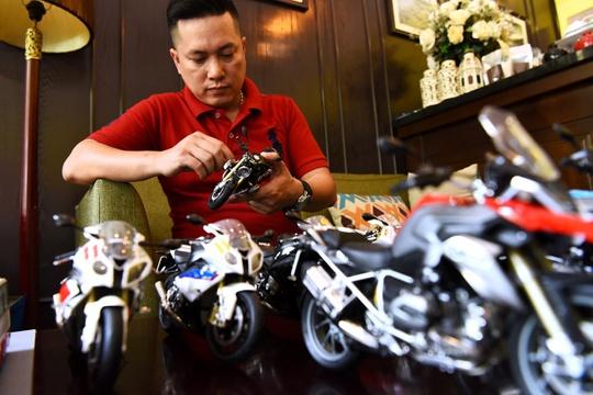 Anh Phạm Mạnh Linh có sở thích sưu tầm xe máy phân khối lớn. Hiện anh Linh có gần 300 chiếc xe các loại với giá chiếc rẻ nhất là 400 nghìn đồng, đắt nhất là hơn 6 triệu đồng.