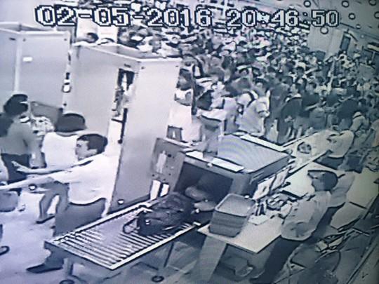 Khách TQ la ó ở khu vực kiểm tra - ảnh camera an ninh