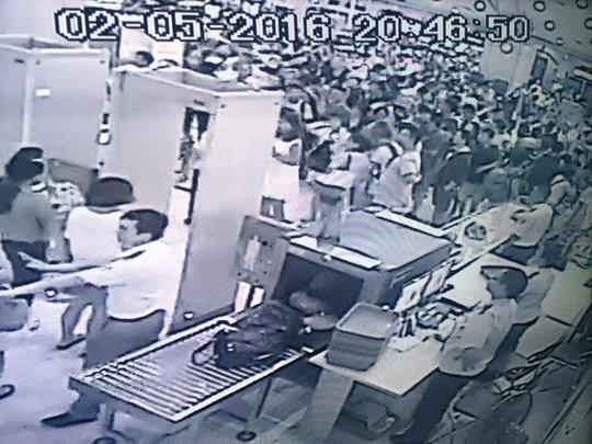 Hơn 1.000 khách TQ la ó trong khi chỉ có hơn 10 nhân viên an ninh - ảnh camera an ninh