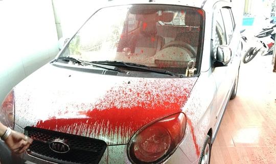 Xe của nhà báo Minh Sơn bị dính sơn sau khi bị tạt khi đậu trong nhà