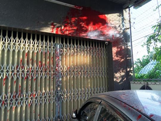 Nước sơn dính cả trên cửa nhà