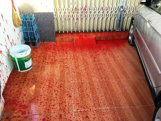 Cả nền nhà của nhà báo Minh Sơn đều bị dính sơn màu đỏ do bị kẻ lạ tạt