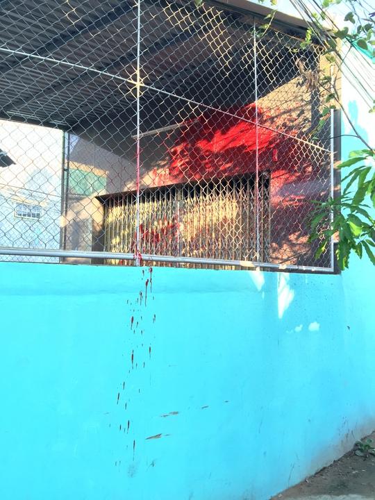 Hướng mà đối tượng tạt sơn vào nhà của nhà báo Minh Sơn