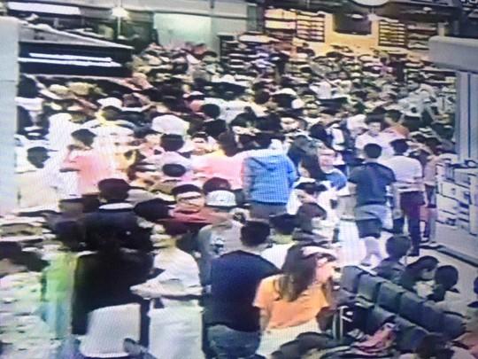 Hàng trăm khách TQ ùa từ phòng chờ ra khu vực làm thủ tục la ó khi một hành khách chậm làm thủ tục 6 phút - ảnh camera an ninh