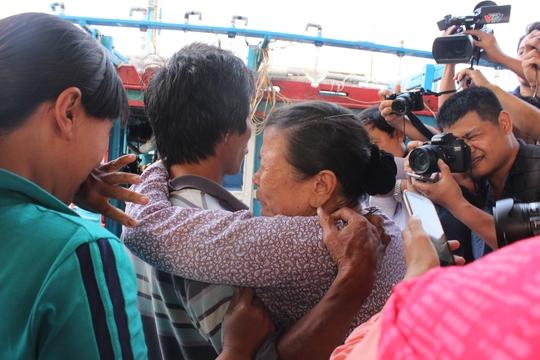 Bà Lê Thị Nhỏ, 73 tuổi, mẹ của thuyền trưởng Tầm nức nở ôm con