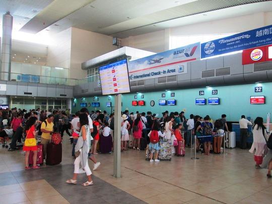 Hành khách Trung Quốc làm thu tục tại Cảng hàng không Quốc tế Cam Ranh, Khánh Hòa