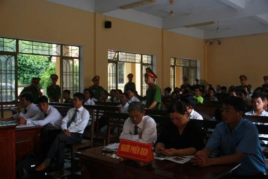 Rất đông người tham dự phiên tòa