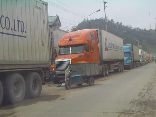 Xe chở nông sản bị ùn ứ kéo dài ở gần cửa khẩu Tân Thanh từ nhiều ngày qua - Ảnh: Văn Duẩn