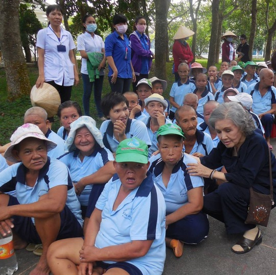 Sầu nữ Út Bạch Lan trong chuyến đi biểu diễn từ thiện tại Trung tâm Điều dưỡng Tâm thần Tân Định - Bình Dương cùng CLB sân khấu Lạc Long Quân