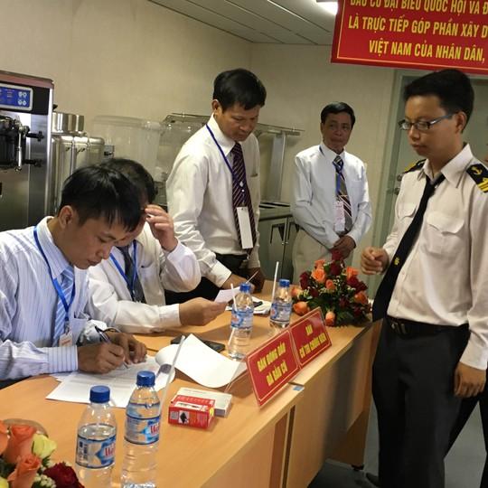 Các cử tri thuộc liên doanh Việt-Nga Vietsovpetro lấy phiếu đóng dấu để chuẩn bị bỏ phiếu