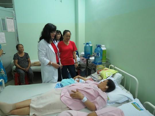 Bác sĩ Hoàng Thị Diễm Tuyết, Giám đốc BV Hùng Vương thăm hỏi một sản phụ có con mới sinh vào ngày 29 Tết