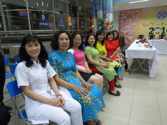 Một buổi gặp mặt nhỏ được tổ chức trước thềm giao thừa. Nhiều nhân viên y tế đã chào đón khoảnh khắc ấy bằng những chiếc áo dài, áo đầm đủ màu sắc