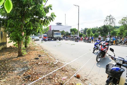 Thi thể nạn nhân nằm đắp chiếu gần mép đường