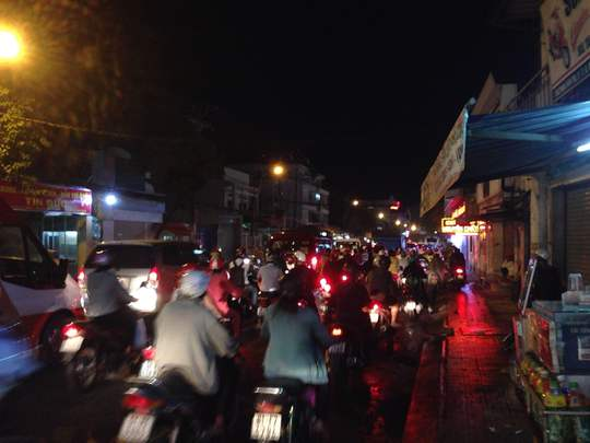 Do ảnh hưởng của các lô cốt ở khu vực ngã sáu Gò Vấp, đường Phan Văn Trị cũng ùn ứ nghiêm trọng vào chiều tối 7-9