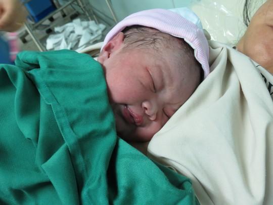 Bé gái đầu tiên được các bác sĩ đặt lên người mẹ ngay sau khi ra đời, áp dụng phương pháp da kề da