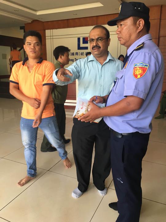 Ông G.Narasimha Rao, Giám đốc tài chính Công ty Mei Sheng yêu cầu phóng viên ở bên ngoài, không cho quay phim, chụp hình.