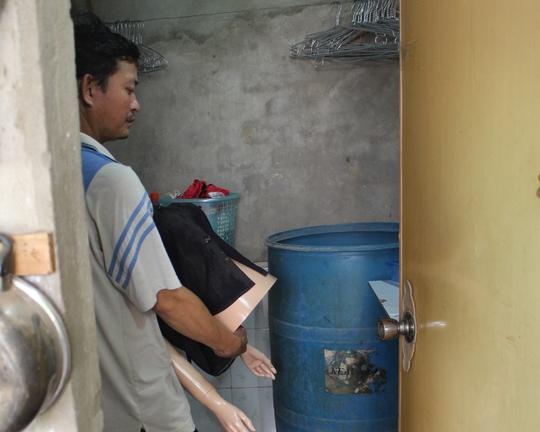 Sau khi dùng dao cắt tay vợ người chồng đã ôm bỏ vào thùng nước.