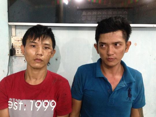 Phạm Công Thành (trái) và Nguyễn Hoàng Nguyên Thảo tại cơ quan điều tra Công an quận Thủ Đức.