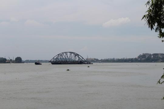 Có mặt tại hiện trường, phóng viên Báo Người Lao Động ghi nhận không khí làm việc khá tấp nập. Nhịp dầm cầu đầu tiên rời nơi tập kết về khu vực cầu Ghềnh mới