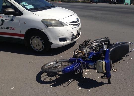 Xe máy hư hỏng nặng sau cú tông