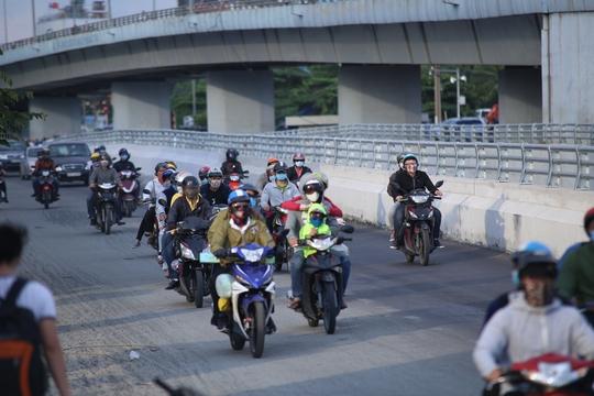 Người đi đường lưu thông dễ dàng trong khu vực gần sân bay (quận Tân Bình).