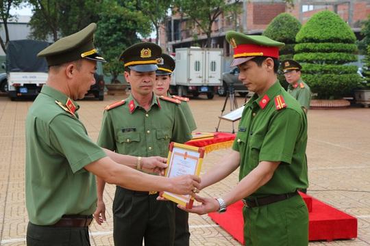 Lãnh đạo Công an tỉnh Đắk Lắk khen thưởng các cán bộ chiến sĩ mưu trí
