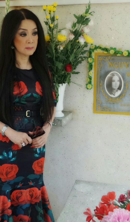 NSƯT Mỹ Châu bên mộ cố NSƯT Thanh Nga