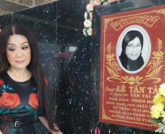 Viếng mộ NS Tấn Tài - người nghệ sĩ được mệnh danh Hoàng đế dĩa nhựa