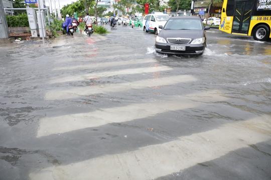 Đến gần 16 giờ 30 phút, nước vẫn ngập các con đường quanh sây bay Tân Sơn Nhất