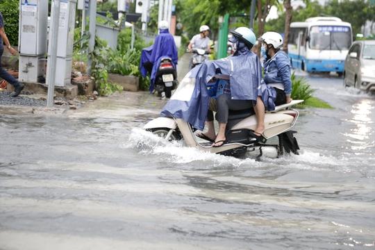 Đến chiều, mưa dần tạnh nhưng nước vẫn ngập hơn nửa bánh xe.