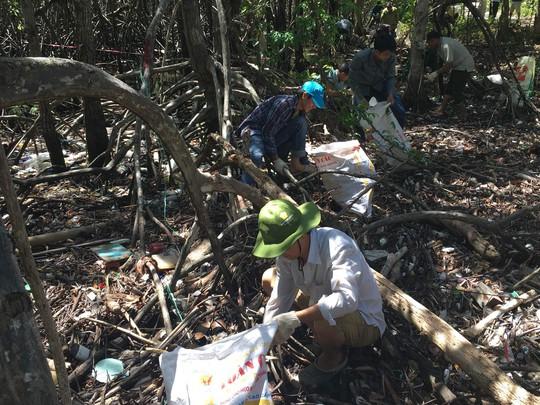 Một cán bộ kiểm lâm tại Hòn Bảy Cạnh cho biết nguyên nhân nhiều bãi biển ở Côn Đảo ngập rác chủ yếu do ý thức ngư dân xả túi ni-lông, can nhựa xuống biển. Theo dòng nước, rác từ nhiều quốc gia tập trung hết về nơi đây. Khi thuỷ triều lên, rác tiến sâu vào rừng ngập mặn và mắc kẹt bởi rễ, cành cây không thể thoát ra ngoài.