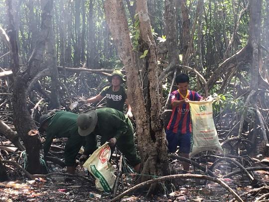 Nhiều biện pháp đã được đề xuất, nhưng chỉ có cách duy nhất là vào các khu rừng ngập mặn để nhặt từng vỏ chai nhựa, túi bóng và vớt những nắp chai mắc kẹt lâu năm. Nếu không có biện pháp xử lý, tình trạng này kéo dài rác thải sẽ gây mất mỹ quan, ô nhiễm môi trường và ảnh hưởng đến hệ sinh thái nơi đây.