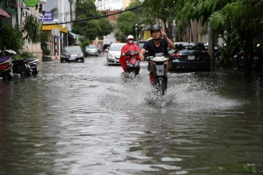 Người dân sống quanh sân bay Tân Sơn Nhất cho biết mưa xuống là ngập.