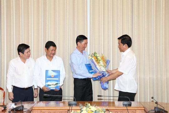 Bí thư Thành ủy TPHCM Đinh La Thăng tặng hoa cho ông Trần Vĩnh Tuyến