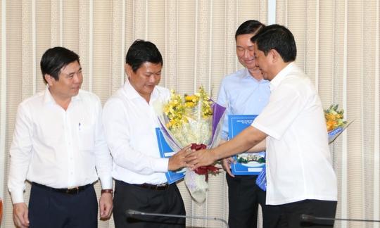 Bí thư Thành ủy TPHCM Đinh La Thăng tặng hoa cho ông Huỳnh Cách Mạng