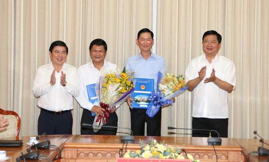 Bí thư Thành ủy TP Bí thư Thành ủy TP Đinh La Thăng (bìa phải) và Chủ tịch UBND TP Nguyễn Thành Phong (bìa trái) chúc mừng ông Tuyến và ông Mạng nhận nhiệm vụ mới