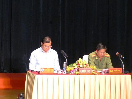 Chủ tịch UBND TP Đà Nẵng Huỳnh Đức Thơ (trái) và đại tá Lê Văn Tam, đồng chủ trì hội nghị