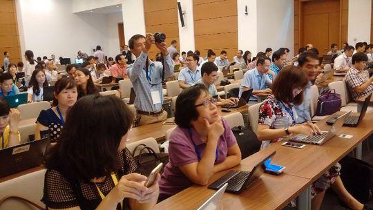 Các phóng viên theo dõi, đưa tin kỳ họp thứ nhất QH khoá XIV tại Trumg tâm báo chí của QH