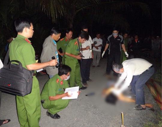 Công an khám nghiệm tử thi Trần Thanh Lộc. Ảnh: Công an cung cấp