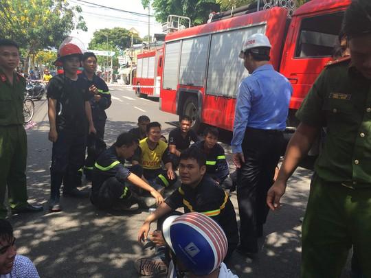 Lực lượng cứu hộ mệt mỏi sau 3 giờ tìm và đưa hai nạn nhân ra khỏi đống đổ nát