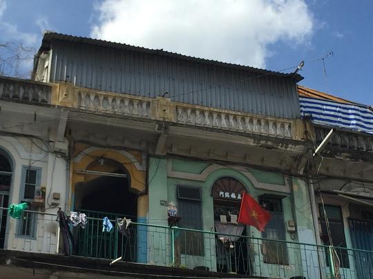 Một số căn nhà trong chung cư 440 Trần Hưng Đạo (phường 11, quận 5) tường bị nứt nên phải dùng mái tôn che chắn lại