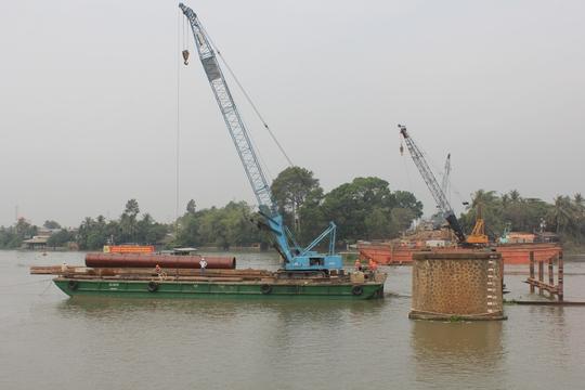 Hai mố cầu cũ án ngữ trên sông vẫn chưa được dỡ bỏ