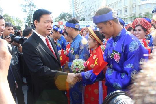 Bí thư Thành ủy TP HCM Đinh La Thăng chúc mừng các đôi uyên ương